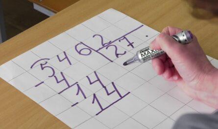3 класс. Математика. Письменное деление трёхзначного числа на однозначное вида 546 : 2